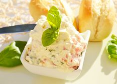 Schafskäsecreme The feta cheese cream tastes great with potato. This recipe comes from the Weinviertler Weinherbst. Cream Recipes, Dip Recipes, Cheese Recipes, Chutneys, Benefits Of Potatoes, Pesto Dip, Sheep Cheese, Keto Cinnamon Rolls, Creamed Spinach