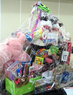 Sleepover Party raffle basket or silent auction. I think this would be great at a movie night. Stuff the basket with donated items for the best sleepover stuff. Winner goes home with everything for their sleepover. Theme Baskets, Themed Gift Baskets, Diy Gift Baskets, Fundraiser Baskets, Raffle Baskets, Silent Auction Baskets, School Auction Baskets, Sleepover Party, Sleepover Games