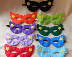 Superhero mask with stars. Superhero mask for children. Mascaras Halloween, Halloween Masks, Masquerade Mask Template, Paw Patrol Masks, Felt Mask, Superhero Capes, Mask Party, Powerpuff Girls, Craft Kits