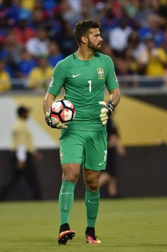 Allison Becker might sound like a woman, but that big bulge says otherwise. More hot men Soccer Guys, Football Players, Neymar Jr, Everton, Alison Becker, Alex Sandro, Best Sports Quotes, Sexy Military Men, Copa America Centenario