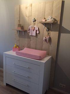 Babykamer#Steigerhout achter commode