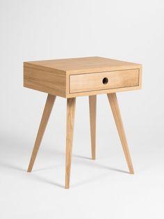 Wir haben unsere Nachttisch gewähren viele dekorative Funktionen und passen zu jedem Interieur. Wir haben es mit der Mitte des Jahrhunderts modernen skandinavischen Stil - seine Einfachheit und Form inspiriert geschaffen. Unsere Nachtkästchen, hergestellt aus massivem Eichenholz und bedeckt