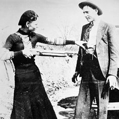 Nearly 80 years after their deaths, guns and other items connected to the infamous gangsters will be going up for auction in New Hampshire on Sept. Bonnie Clyde, Bonnie And Clyde Photos, Bonnie Parker, William Shakespeare, Old Photos, Vintage Photos, Vintage Couples, Texas Pride, Famous Couples