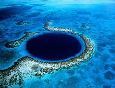 """El gran agujero azul (Belice) Se trata de un 'sumidero' situado a 100 km de las costas de Belice, con 300 metros de ancho y 123 metros de profundidad. Se visitar en helicóptero (las opciones son múltiples) o en barco y, según los usuarios de Trip Advisor, """"según te acercas al agujero, parece que te estás hundiendo en la boca de un gigante""""."""