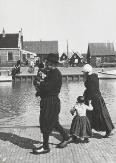 Echtpaar met kinderen in Marker dracht. Het kind aan de hand van de vrouw is een jongen in rokkendracht. Hij is als jongen ondermeer herkenbaar aan de twee pandjes aan de achterzijde van zijn jak. 1920-1930 #NoordHolland #Marken