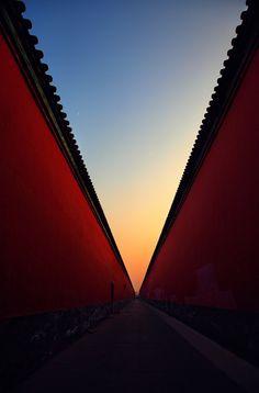 王晓东---梦回紫禁城。作品拍摄傍晚时分,作者走在故宫高高的宫墙下,突然感觉象进入了时光隧道,仿佛将作者带回了梦中的紫禁城。