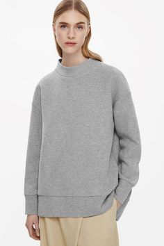 This high-neck sweatshirt is made from a soft cotton-mix. An oversize fit and cocoon shape, it has dropped shoulders, graduated hemline and wide brimmed finishes.
