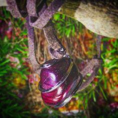 ☮ ☯Colar de couro e pedra Granada☮ ☯   sagrada para os Maias, Aztecas, Índios Americanos e tribos Africanas. Deve-se usar em momentos de crise pois ela leva ordem onde há caos e limpa, purifica e elimina tudo o que não estiver bem. #colar #granada #necklace #peace #paz #chakra #quartz #crystal #witchy #witch #crystalgrid #healingcrystals #gypset #magic #spiritual #chakrahealing #loveandlight #energy #reiki #namaste #wicca #pagan #meditation #jewelry #witch #zen #fairy