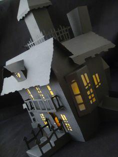 Paper haunted house Putz Houses, Mini Houses, Haunted Houses, Doll Houses, Halloween House, Holidays Halloween, Halloween Decorations, 3d Paper, Paper Crafts