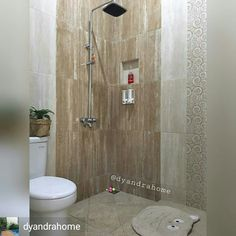 Dinding kamar mandi, bagian shower beda keramik.