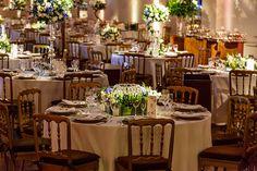 decoração de casamento com arranjos altos e baixos alternados
