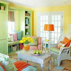 wohnzimmer einrichten grüne akzente rustikaler couchtisch gelbe wandfarbe