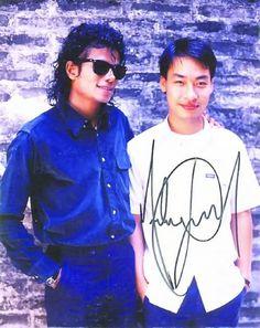 Michael Jackson con la sua guida turistica in Cina, Liu Guangzhi, che attualmente risiede nel Maryland.
