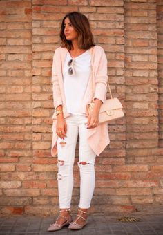 Look con jeans blancos rotos suéter oversized rosa bolso rosa