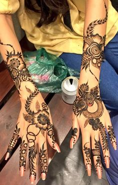 Girls paint their hands and legs with lovely and pretty new mehndi designs. These stunning mehndi designs are perfect for everybody. Wedding Henna Designs, Khafif Mehndi Design, Floral Henna Designs, Henna Art Designs, Mehndi Designs For Girls, Modern Mehndi Designs, Dulhan Mehndi Designs, Mehndi Design Photos, Latest Mehndi Designs