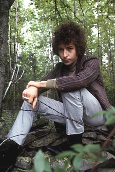 ♡♥Bob Dylan smokes in a wooded area in Woodstock,NY in June 1966 just before the accident♥♡ Bob Dylan, Music Icon, Pop Music, Jennifer Aniston, Minnesota, Billy The Kid, Woodstock Ny, Popular Music, Zimmerman