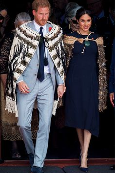 The Duke & Duchess of Sussex wear traditional Maori cloaks called Korowai during a visit to Te Papaiouru, Ohinemutu, in Rotorua NZ. Meghan's Korowai was custom created for her visit by Norma Sturley, an elder of the Ngati Whakaue tribe. Princess Meghan, Prince And Princess, Princess Diana, Adele, Prinz Harry Meghan Markle, Duke William, Markle Prince Harry, Maori Designs, Prince Harry And Megan