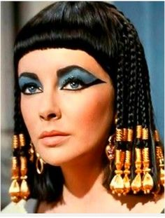 She catapulted the beauty scene with her exotic eye makeup and hair beads. The most famous interpretation of Cleopatra was the 1963 film version starring Elizabeth Taylor. Elizabeth Taylor Cleopatra, Film Elizabeth, Queen Elizabeth, Ancient Egyptian Makeup, Egyptian Costume, Egyptian Hair, Egyptian Fashion, Egyptian Era, Egyptian Women