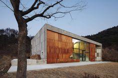 Skinspace by AND / 南韓京畿道 Yangpyeonggun 的藝術家住所兼工作室,正立面連續木片構成外部的表層 ( skin ) 進入室內後變成內部的隔間 ( space ),模糊了外表層與內隔間的界線。