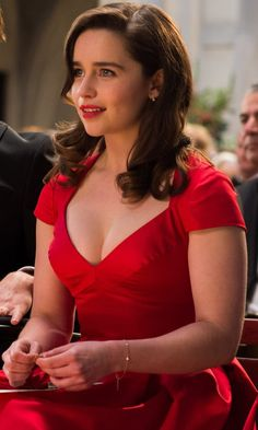 me before you film emilia clarke and sam claflin pictures, me before you film poster, me before you cast photos, me before you film pictures Me Before You Quotes, Emilia Clarke Sexy, Emilie Clarke, Red Dress Quotes, Emilia Clarke Daenerys Targaryen, Winter Typ, Glamour, Beautiful Curves, Most Beautiful Women