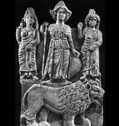Allat, maîtresse des animaux (lion), peut-être identifiée avec Asherah (Elat) à Canaan. Uzza et Manat à ses côtés.
