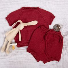 Strikk et lunt sett med t-skjorte og bleiebukse i tynn merinoull, passer fint til sommeren. Modellene på bildene er strikket i fargene Grigio rosa og Burgundy, men du får settet i mange flotte farger. Garnpakken inneholder oppskrift og alt garnet du trenger for å strikke settet. Garnet er Zarina – et italiensk kvalitetsgarn i merinoull som kan maskinvaskes. Strikkes på pinner 2,5 og 3. Trenger du strikkepinner? Bestill i tillegg her. The post Bluum strikkesett – T-skjorte og bleiebukse i Z Gloves, Winter, Sweaters, Fashion, Threading, Scale Model, Winter Time, Moda, Fashion Styles