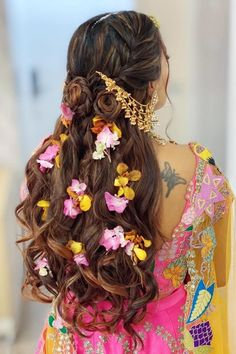 We are in love with these open hair look tucked with mix flowers perfect for sangeet or haldi at your intimate wedding.   #Indianweddings #shaadisaga #indianbridalhairstyles #hairstyleswithflowers #intimatewedding #realflowers #uniquecolourlehenga #babybreaths #lowbun #exoticflowerhairstyle #carnations #mermaidbraid #purpleflowerhairstyle #daisies #jasmine Indian Party Hairstyles, Pony Hairstyles, Simple Hairstyles, Best Bridal Makeup, Bridal Makeup Looks, Wedding Makeup, Wedding Nails, Hair And Makeup Artist, Hair Makeup