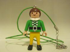 Colgante con pieza reciclada playmobil original del año 2005. Colores: verde/amarillo.