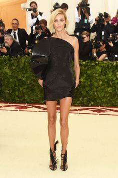 Red-carpet photos from Anna Wintour's Met Gala hosted by Rihanna, Versace, and Amal Clooney for Heavenly Bodies: Fashion and the Catholic Imagination. Anja Rubik, Gala Dresses, Red Carpet Dresses, Nice Dresses, Amal Clooney, Donatella Versace, Gareth Pugh, Anna Wintour, Celebrity Dresses