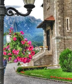 Here we offer just a top 5 Transylvanian castles menu that should be on your active travel plate. Here's our selection for an unforgettable castle break. Beautiful Castles, Beautiful Buildings, Castle Break, Amazing Places, Beautiful Places, Portal, Romania Travel, Bucharest Romania, Medieval Town