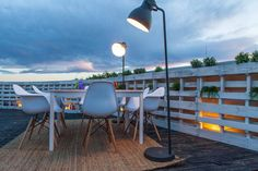 #decoración #arquitectura #terraza #restaurante #exteriores #vintage #palet #lampara #iluminacion Rooftop Bar, Patio, Lighting, Outdoor Decor, Home Decor, Terrace, Architects, Restaurants, Houses