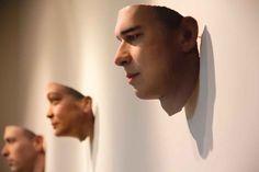 """""""Stranger Visions"""", de Heather Dewey-Hagborg   La obra expone rostros de gente que la artista nunca conoció en persona, sino que """"visionó"""" extrayendo sus características físicas a través del ADN contenido en desechos como chicles, cigarrillos, cabello; recolectados en las calles de New York.   Con los datos genéticos que obtuvo y con la ayuda de un software pudo modelar rostros, y materializarlos con una impresora 3D.   Link: http://www.deweyhagborg.com/strangervisions/portraits.html"""