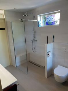 De wens van dit ouder echtpaar was om een badkamer te realiseren die makkelijk te onderhouden is, met een ruime inloopdouche en zitje.