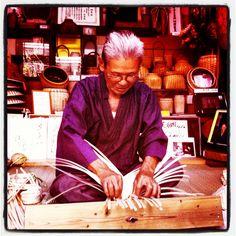 Mr Shiba-san, uno de los últimos artesanos de #Wakayama que elabora sombreros de ciprés. #wakayama #japón #japan #viajar #mochileros #artesano #hat #handycraft