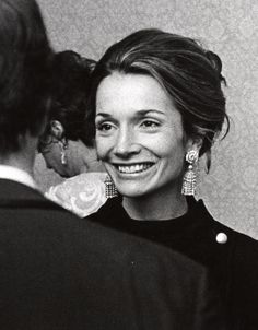 Caroline Lee Radziwill had an even more fascinating life than her sister Jackie Kennedy. She was a PR executive, a celebrated interior… Lee Radziwill, Jacqueline Kennedy Onassis, Jackie O's, Vogue Paris, Caroline Lee, Caroline Kennedy, John Kennedy, Outfits Mujer, Lauren Hutton