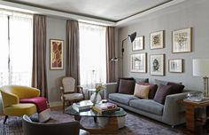 A sala é o grande destaque do apartamento. Diego investiu em uma base neutra com alguns pontos de cor, como a poltrona Aston Minotti amarela.  (Foto: Alain Brugier/Divulgação)