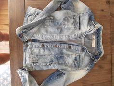 Blouson en jean Zara - Cintré Indiqué taille L sur l'étiquette mais taille petit (vaut un 38) #jean #zara #vestejean