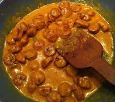 θεϊκή σάλτσα για μακαρόνια με λουκάνικο και μουστάρδα Υλικά: 3 μέτρια χωριάτικα λουκάνικα 200 γραμμάρια τυρί gouda 500 γραμμάρια μακαρόνια μουστάρδα πάπρικα μπούκοβο αλάτι λίγο φρέσκο γάλα Εκτέλεση: Κόβουμε σε ροδέλες τα λουκάνικα και τα σοτάρουμε στο τηγάνι με λίγο λαδάκι. Χαμηλώνουμε την φωτιά και προσθέτουμε Cookbook Recipes, Cooking Recipes, Chana Masala, Allrecipes, Waffles, Recipies, Food And Drink, Dishes, Chicken
