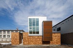 位於北海道岩見沢市的這個住宅設計案,是建築師 阿部直人 的設計作品「SHOWAの家」。木造結構的建築,外觀以不同木片作鱗狀排列,產生堆疊的層次感,白色的二階建築量體,則是主要的生活場域,維持挑高的格局並用高窗創造明亮的室內氛圍。純白和大地色系為主的空間,也是近年來日式簡約的主軸風格。 via 株式会社アトリエカーサ