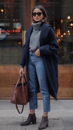 boots bag jeans grey turtleneck sweater navy blue coat Source by alexlowles outfit Fall Winter Outfits, Autumn Winter Fashion, Look Winter, Jeans Outfit Winter, Casual Winter Style, Dresses In Winter, Winter Street Fashion, Casual Work Outfit Winter, Grey Boots Outfit