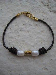 Pulsera de cuero negro con perlas