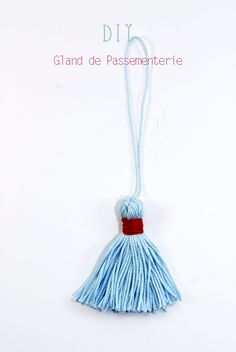 A coudre sur le côté des chaussons Diy Tassel, Tassels, Diy Craft Projects, Diy And Crafts, Diy Pompon, How To Make A Pom Pom, Minimal Jewelry, Boho Diy, Sewing Hacks