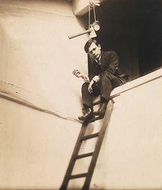 TRISTAN TZARA (1896-1963) es el seudónimo del poeta y ensayista rumano Samuel Rosenstock. Fue uno de los autores más importantes y emblema del movimiento dadaísta, que fundó junto con Jean Arp y Hugo Ball.