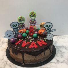 Tarta oreo con dripp de chocolate y decoración de Halloween. Birthday Cake, Chocolate, Halloween, Desserts, Food, Homemade Recipe, Homemade, Pies, Recipes