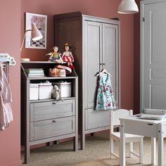 Mueble infantil con armario y cómoda gris/marrón, y mesa y silla blancas SUNDVIK