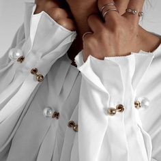 "Do you ever look at your closet and think: ""It's a White Shirt Kinda Day, but I need some new STYLE ideas! Mode Chic, Mode Style, Trendy Fashion, Womens Fashion, Fashion Trends, Fashion Ideas, Fashion Fashion, Kleidung Design, Sleeves Designs For Dresses"