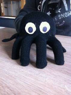 deze spin is niet zo moeilijk om te maken maar is wel leuk!! benodigdheden: - 1 paar zwarte handschoenen - wit vilt (ogen) - zwarte stift (ogen) -lijmpistool - schaar - zwart garen - naald Voor de ...