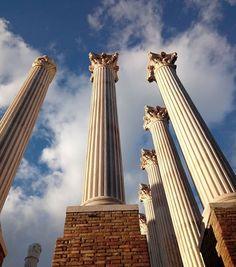 CÓRDOBA ESPAÑA  Reconstrucción del templo romano en Córdoba que formaba parte de la muralla defensiva y miraba hacia un circuito de carreras de carros impresionante por su tamaño y estructura. En su momento Córdoba (o Corduva) fue una de las ciudades más importantes del imperio con un anfiteatro y un estadio sólo superado por el Coliseo de Roma. Las columnas originales están expuestas al lado pero no se conservaron completas ya que había casas y comercios sobre ellas hasta...1970!  El pasado…