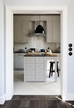 Farrow and Ball Skimming Stone kitchen Painting Kitchen Cabinets, Kitchen Paint, New Kitchen, Kitchen Dining, Kitchen Decor, Design Kitchen, Kitchen Island, Cocinas Kitchen, Stone Kitchen
