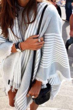 Un #poncho sur peau bronzée et #look d'été : on dit oui... #mode fashion #coat #manteau #style